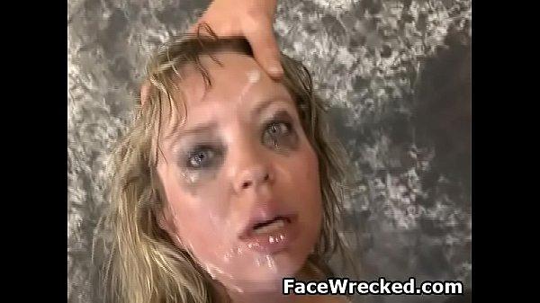 Blonder Drecksack Mallory Taylor weinend und würgend während Gesichtsficken