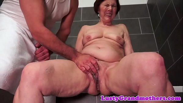 Mollige Oma gefickt nach dem Duschen
