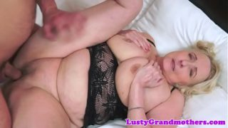 Fette Oma spreizt ihre Beine für junge Schwänze