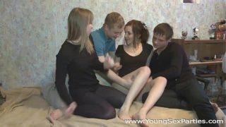 Vier Teenager genießen die heiße, verfickte Zhenia, Marry Dream
