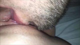 Lecken und Ficken ihrer Pussy zu einem spritzenden Orgasmus – Hausgemachtes CLOSEUP