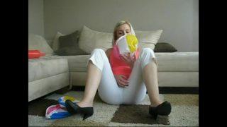 Sophie neckte zunehmend mit den Fingern Dessous-Jeans und Spielzeug